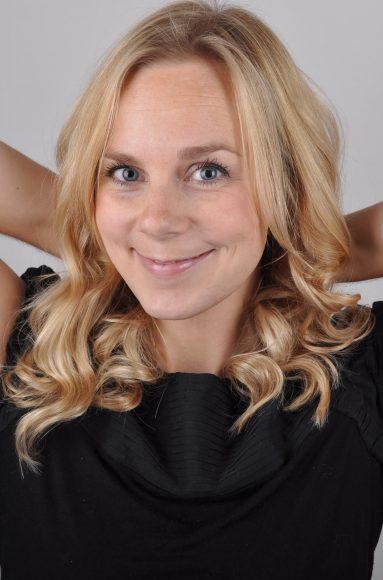 MIG (HUSMODEREN) – Lyst, glat skandinavisk hår. LANGT HÅR